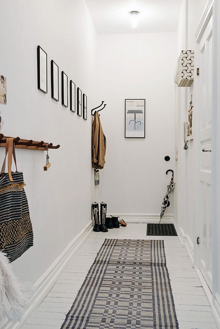 Idee per arredare di un corridoio stretto e corto con cornici e foto n.03