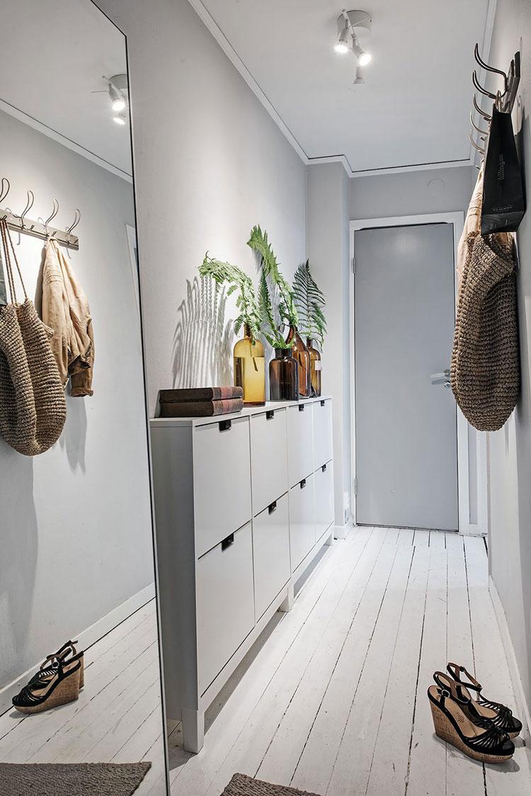 Idee per arredare un corridoio stretto e corto con una scarpiera n.03