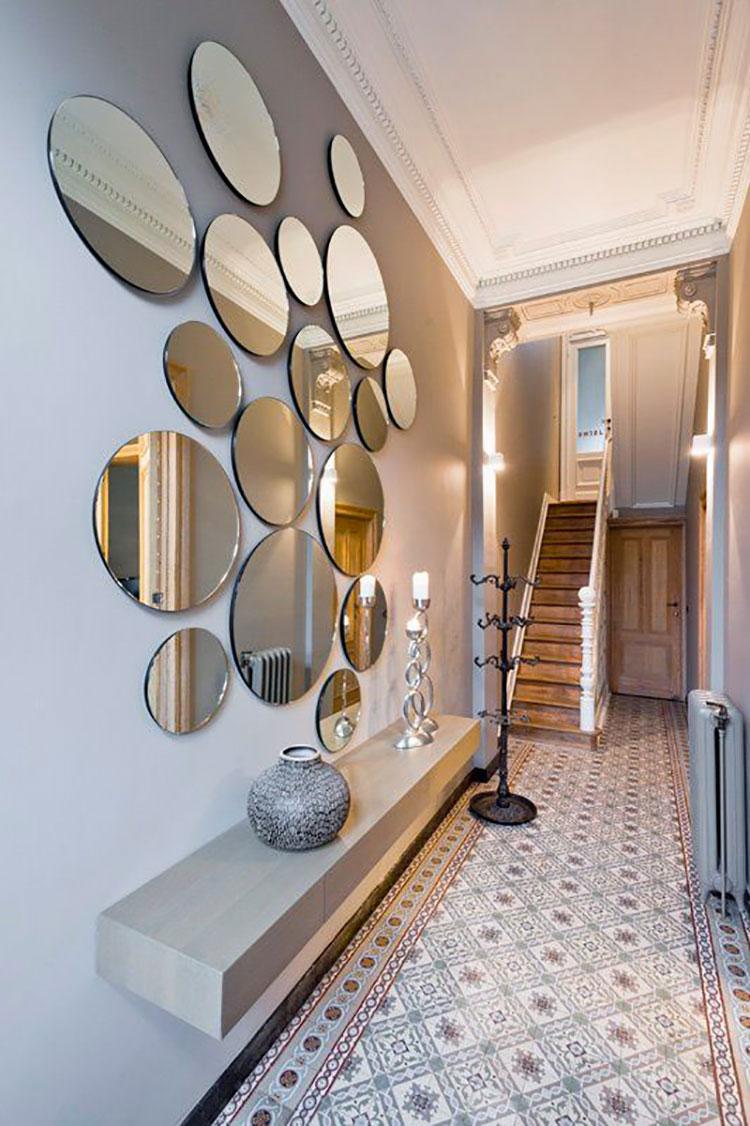 Idee per arredare di un corridoio stretto e corto con gli specchi n.01