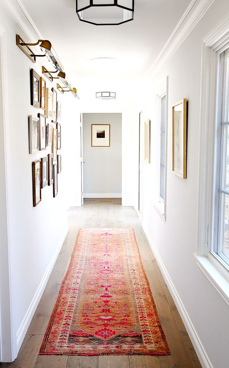 Idee per arredare di un corridoio stretto e corto con i tappeti n.01