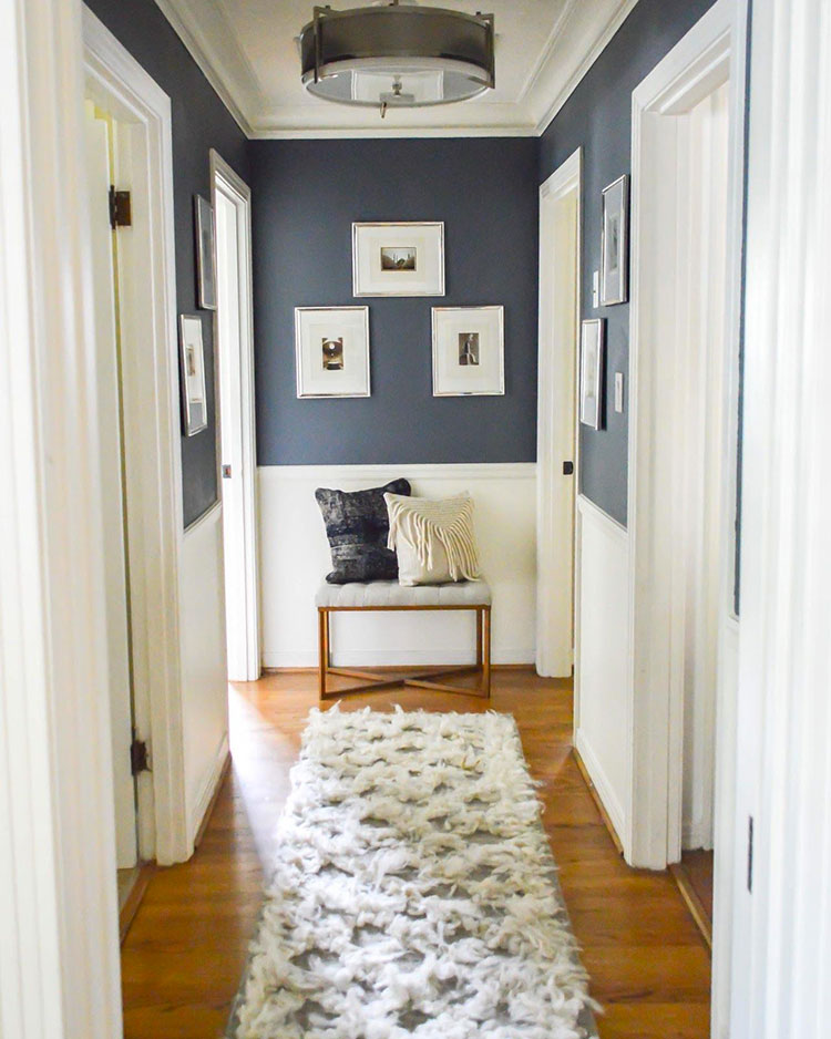 Idee per arredare di un corridoio stretto e corto con i tappeti n.03