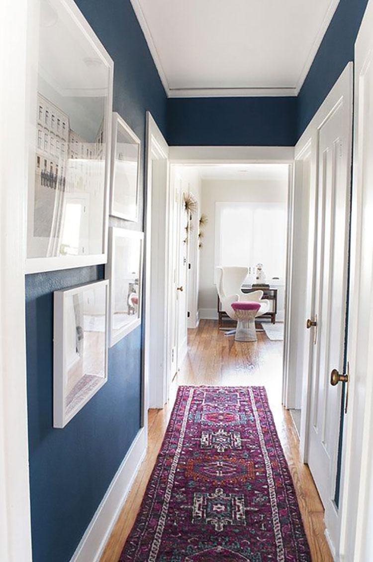 Idee per arredare di un corridoio stretto e corto con i tappeti n.04