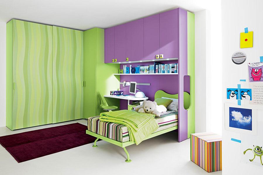 Idee per arredare e decorare una cameretta verde e viola n.01