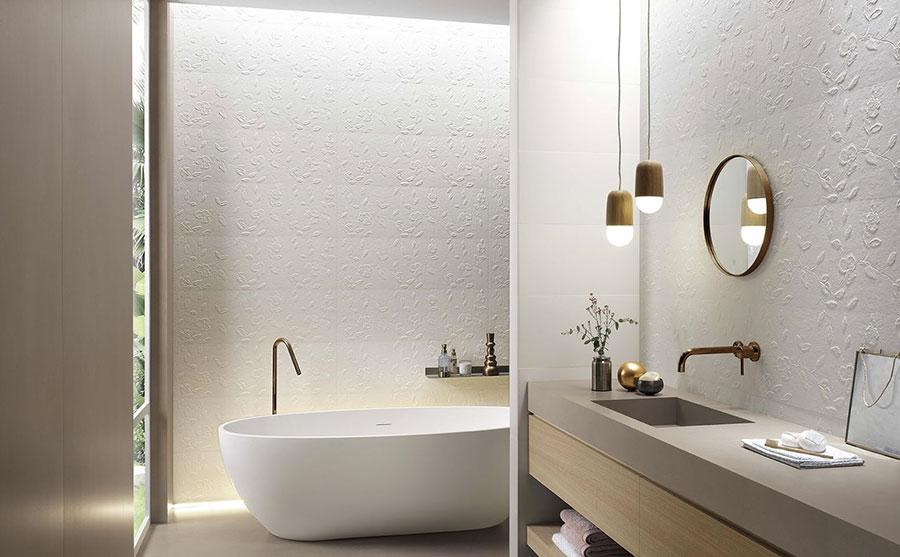 Idee per un bagno tortora e bianco n.01