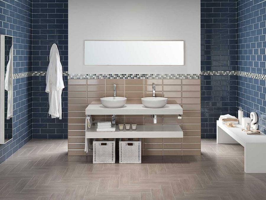 Idee per un bagno tortora e blu n.02