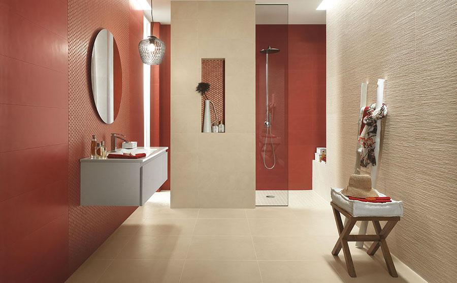 Idee per un bagno tortora e rosso n.01