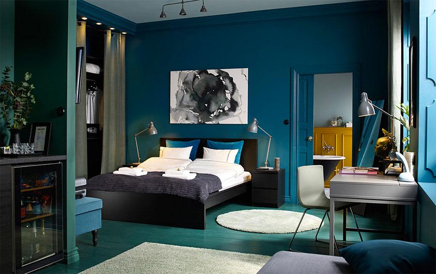 Idee per pareti blu per camera da letto con mobili scuri n.01