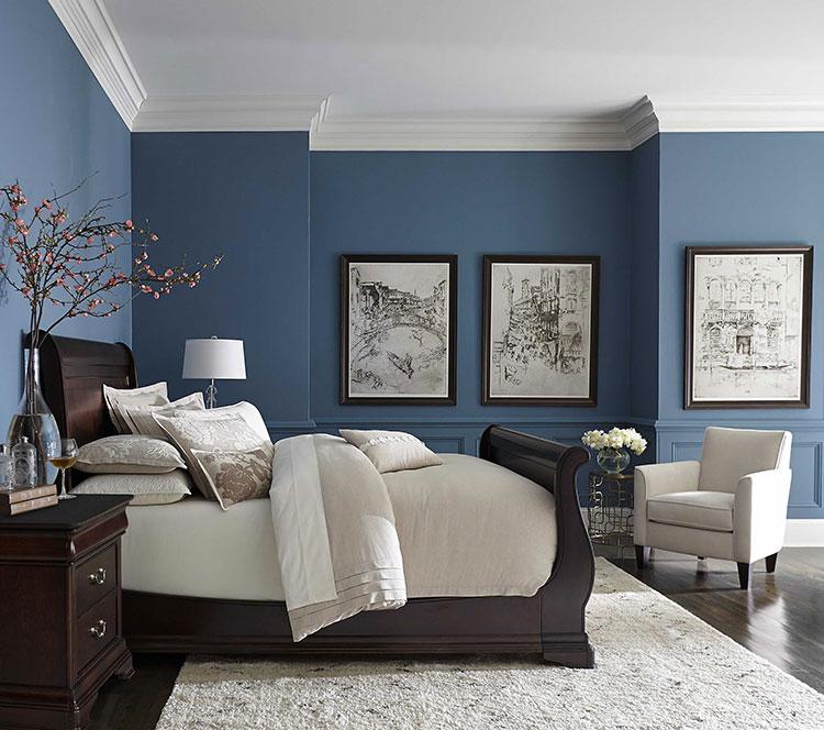 Idee per pareti blu per camera da letto con mobili scuri n.03