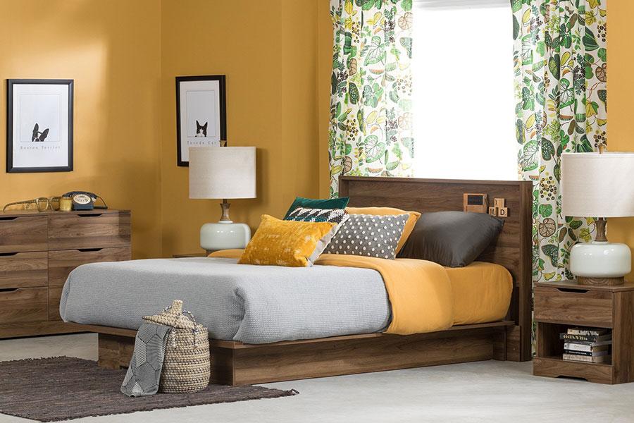 Idee per pareti gialle per camera da letto con mobili scuri n.01