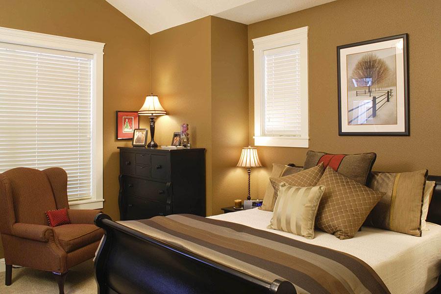 Idee per pareti marroni per camera da letto con mobili scuri n.02