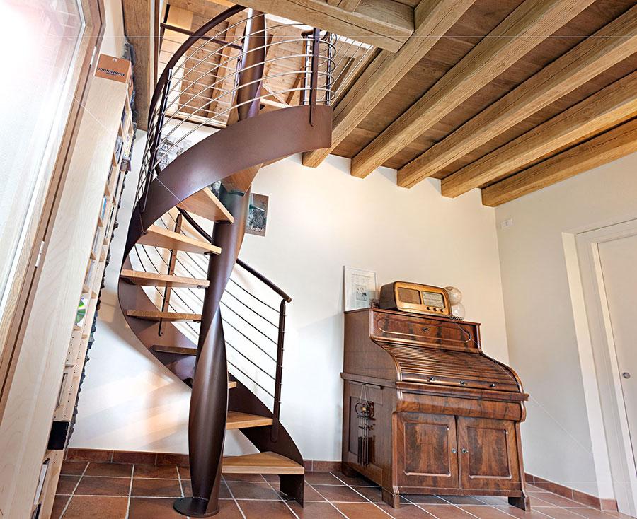 Modello di scala interna in ferro e legno n.02