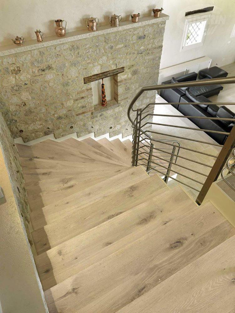 Idee per rivestimenti per scale interne in legno n.01