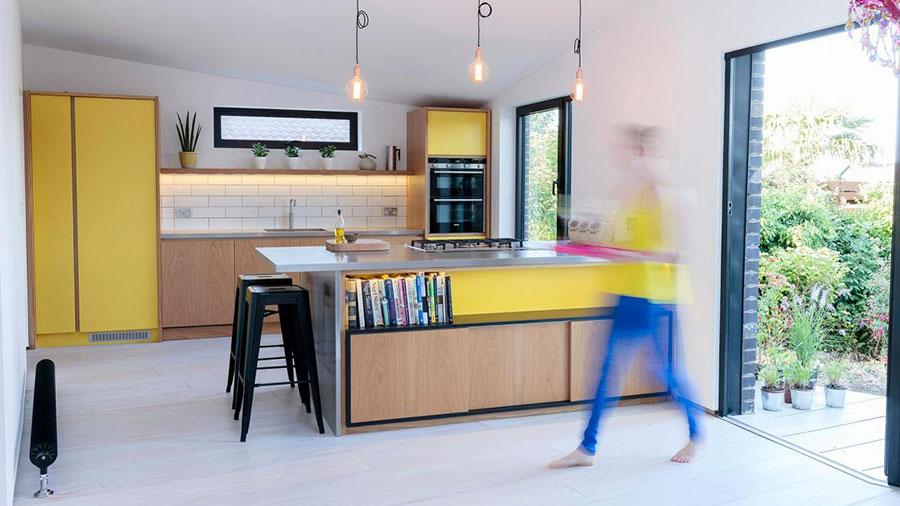 Idee per una cucina colorata moderna n.04