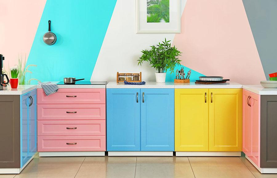 Idee per una cucina colorata moderna n.05