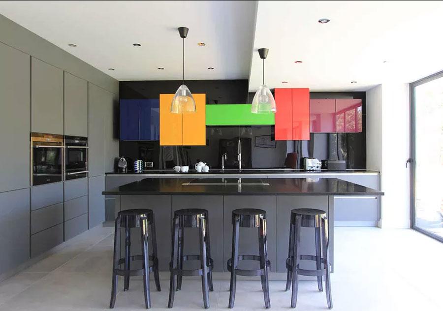 Idee per una cucina colorata moderna n.13