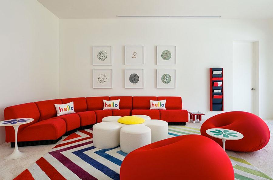 Idee per arredare un salotto con divano rosso n.02