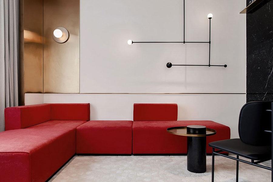 Idee per arredare un salotto con divano rosso n.03