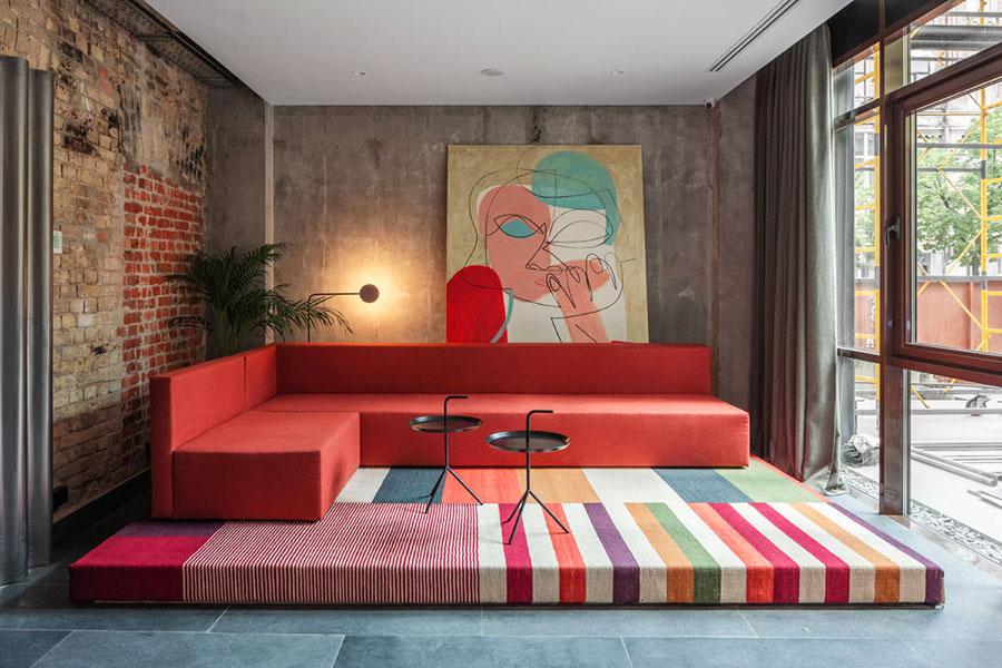 Idee per arredare un salotto con divano rosso n.05