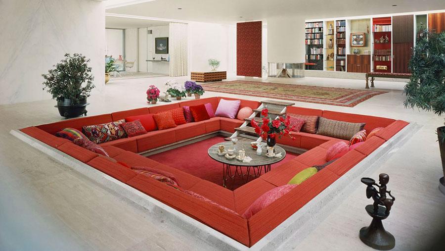 Idee per arredare un salotto con divano rosso n.12