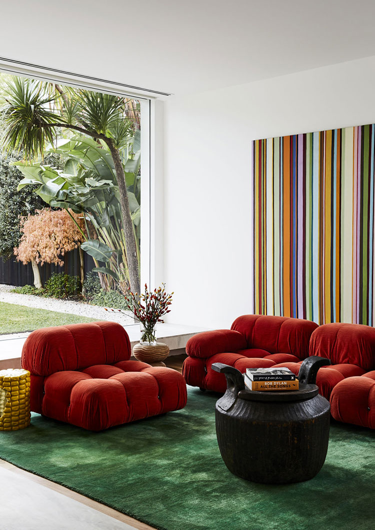 Idee per arredare un salotto con divano rosso n.20