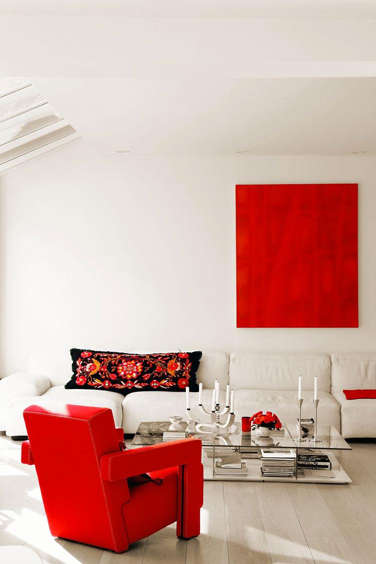 Idee per arredare un salotto con poltrone rosse n.01