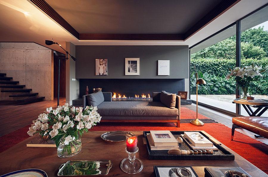 Idee per arredare un salotto con pareti e accessori rossi n.13