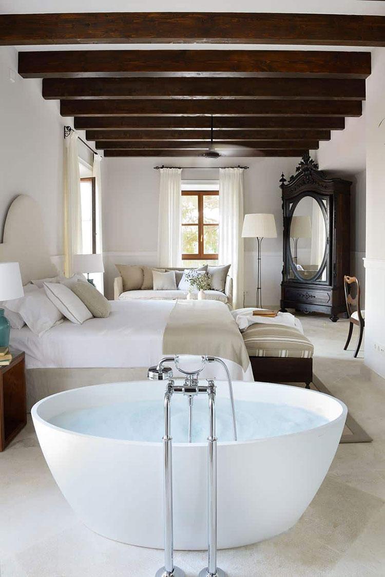 Idee per inserire una vasca da bagna in una camera da letto classica n.01