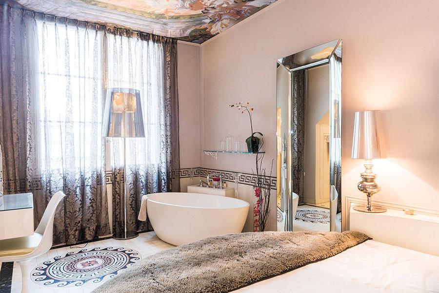 Idee per inserire una vasca da bagna in una camera da letto classica n.03
