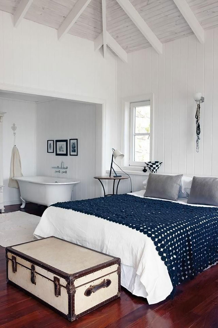 Idee per inserire una vasca da bagna in una camera da letto classica n.04
