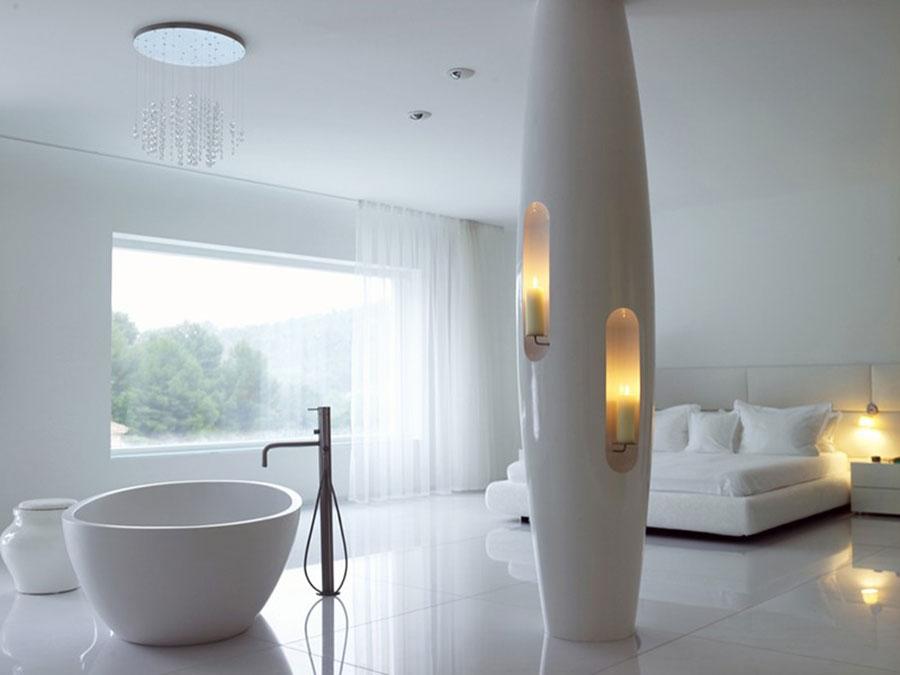 Idee per inserire una vasca da bagna in una camera da letto moderna n.02