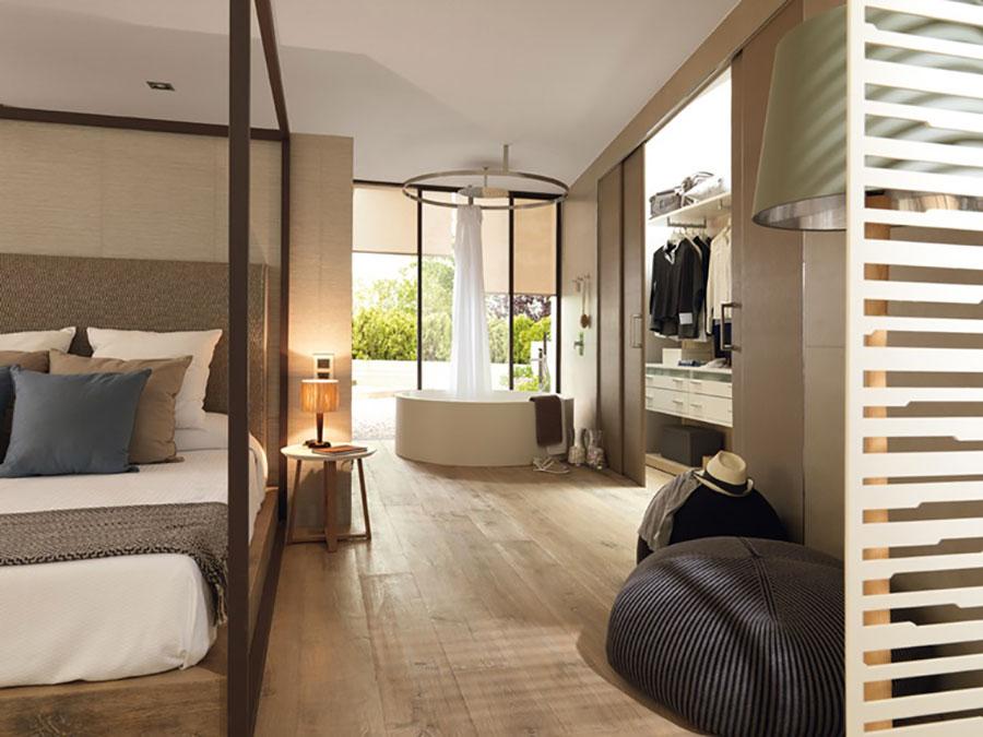 Idee per inserire una vasca da bagna in una camera da letto moderna n.11