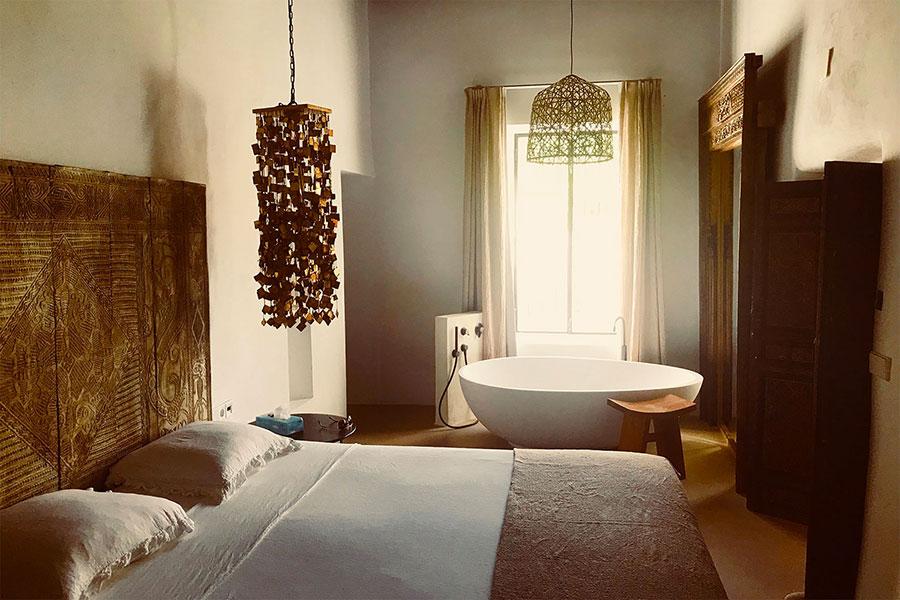 Idee per inserire una vasca da bagna in una camera da letto rustica n.01