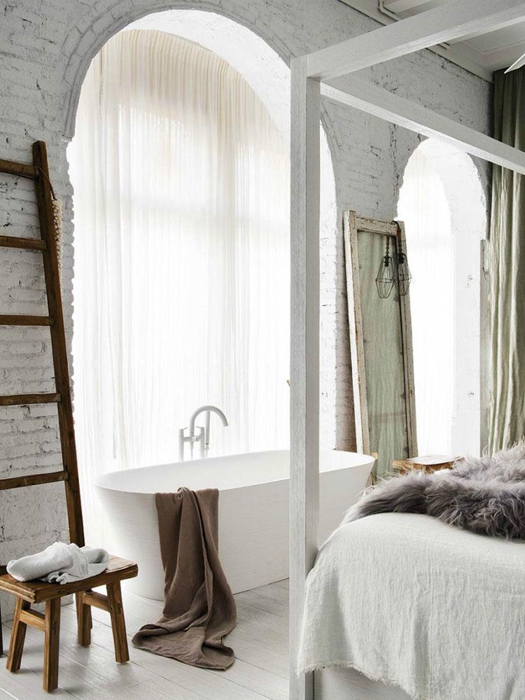 Idee per inserire una vasca da bagna in una camera da letto rustica n.02