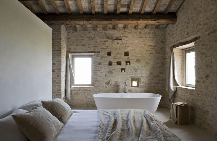 Idee per inserire una vasca da bagna in una camera da letto rustica n.04