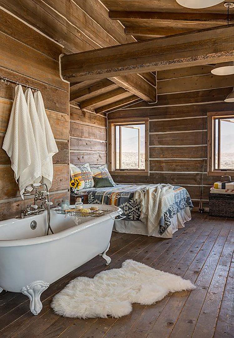 Idee per inserire una vasca da bagna in una camera da letto rustica n.05