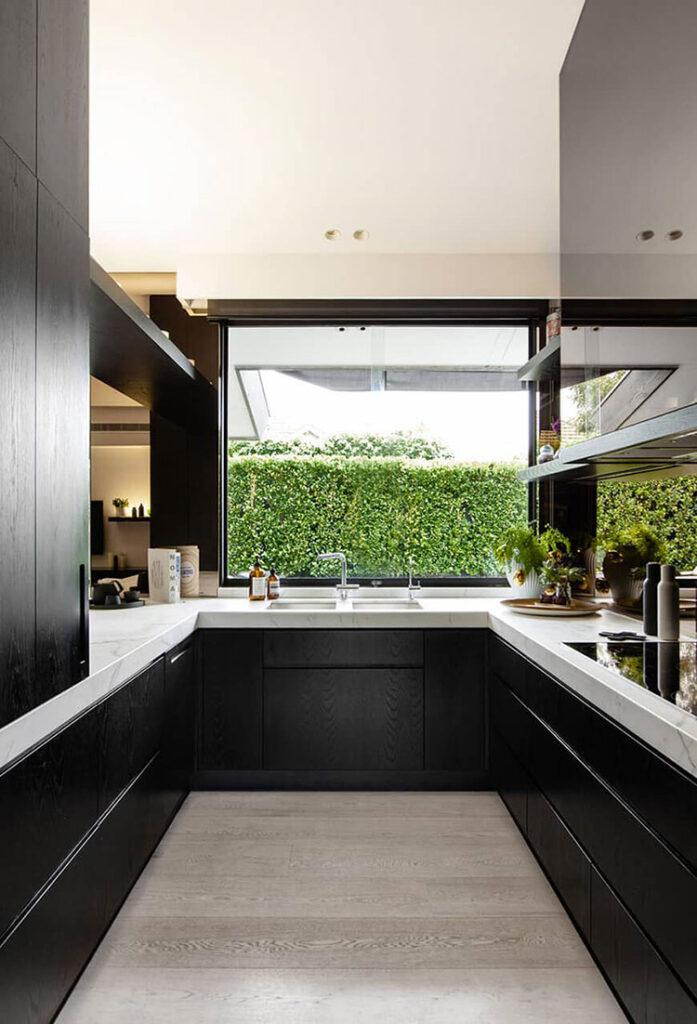 Idee per una cucina ad angolo con finestra n.02