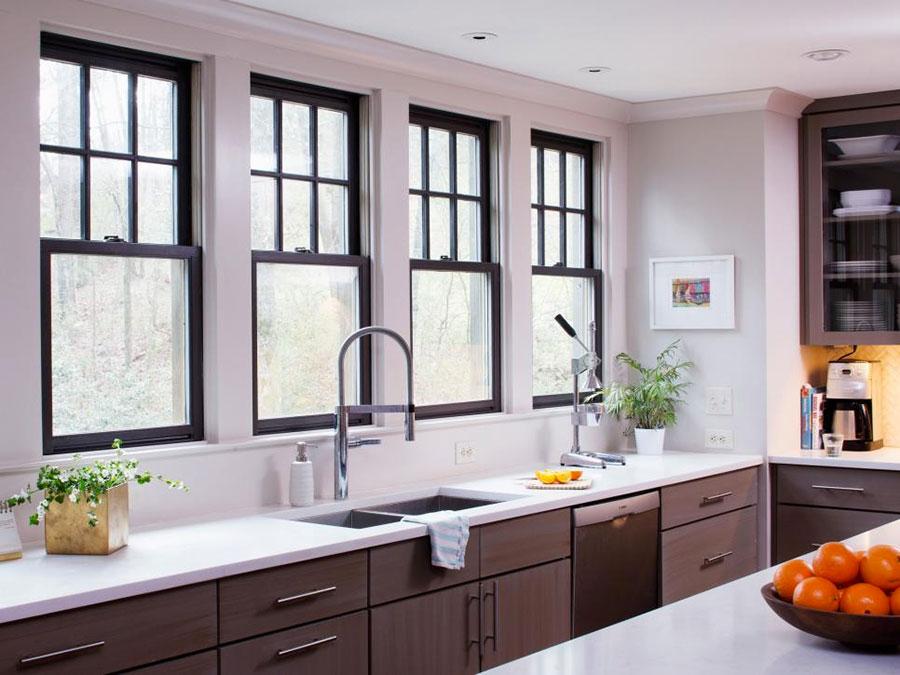Idee per una cucina con finestra all'americana n.01