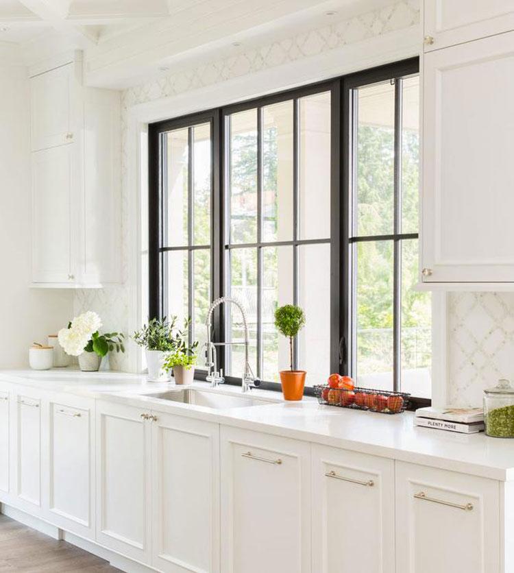 Idee per una cucina con finestra all'americana n.02