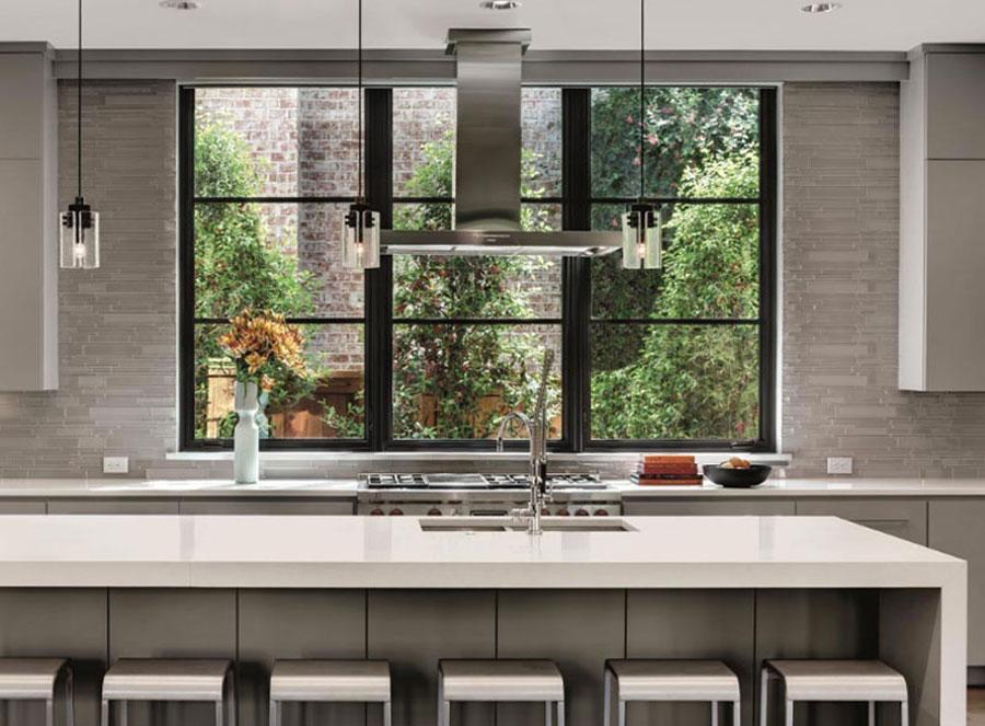 Idee per una cucina con finestra all'americana n.05