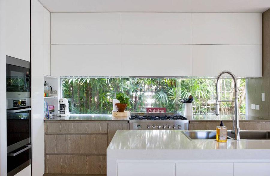 Idee per una cucina con finestra centrale n.04