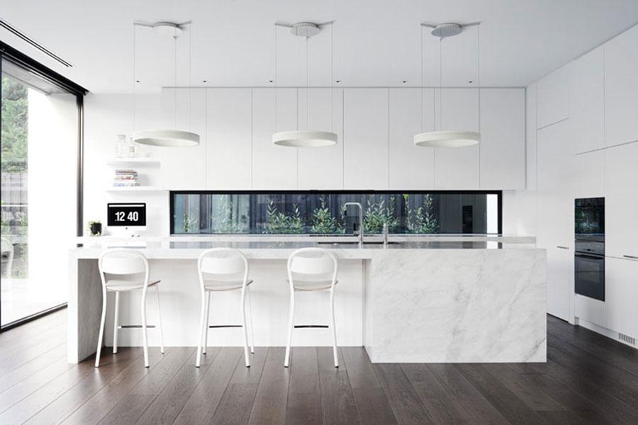 Idee per una cucina con finestra centrale n.07