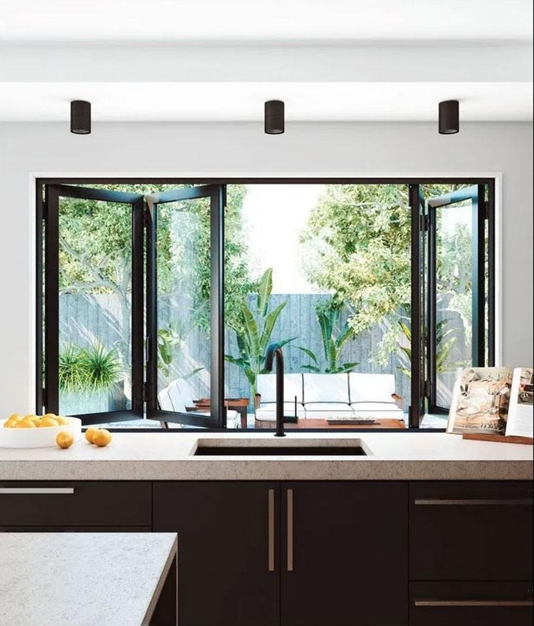 Idee per una cucina con finestra sul lavello n.05