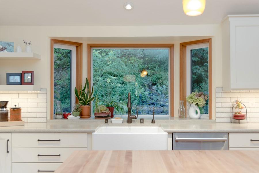 Idee per una cucina con finestra sul lavello n.08