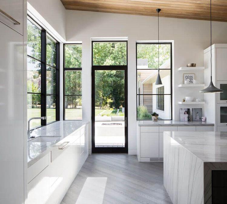 Idee per una cucina con porta finestra n.01