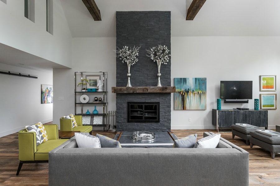 Idee per arredare un soggiorno con camino in pietra n.04