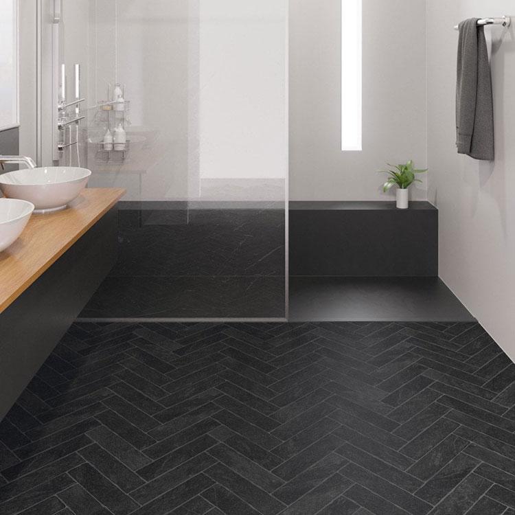 Idee per bagno con pavimento nero n.05