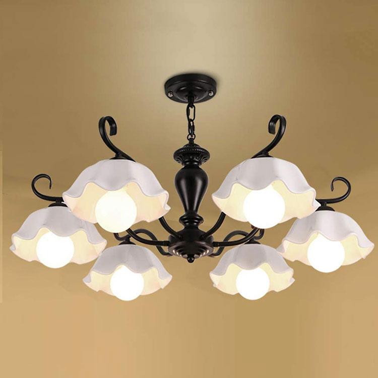 Modello di lampadario in ferro battuto e ceramica n.03