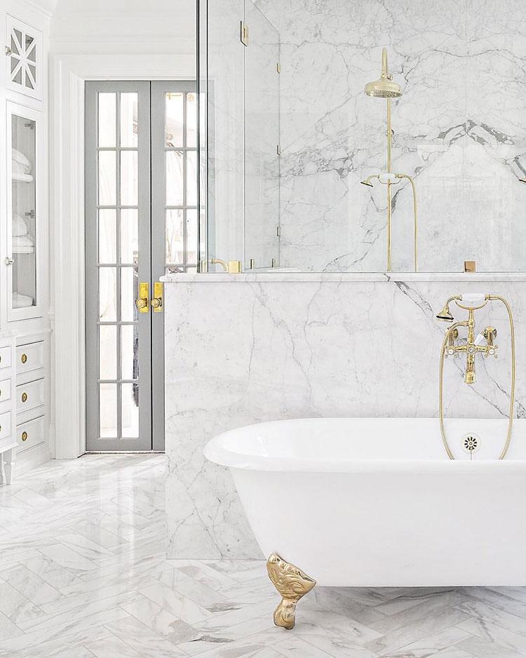 Idee per arredare un bagno in marmo bianco n.26