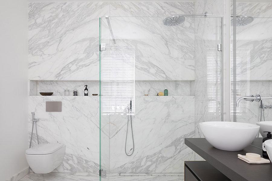 Idee per arredare un bagno in marmo bianco n.27