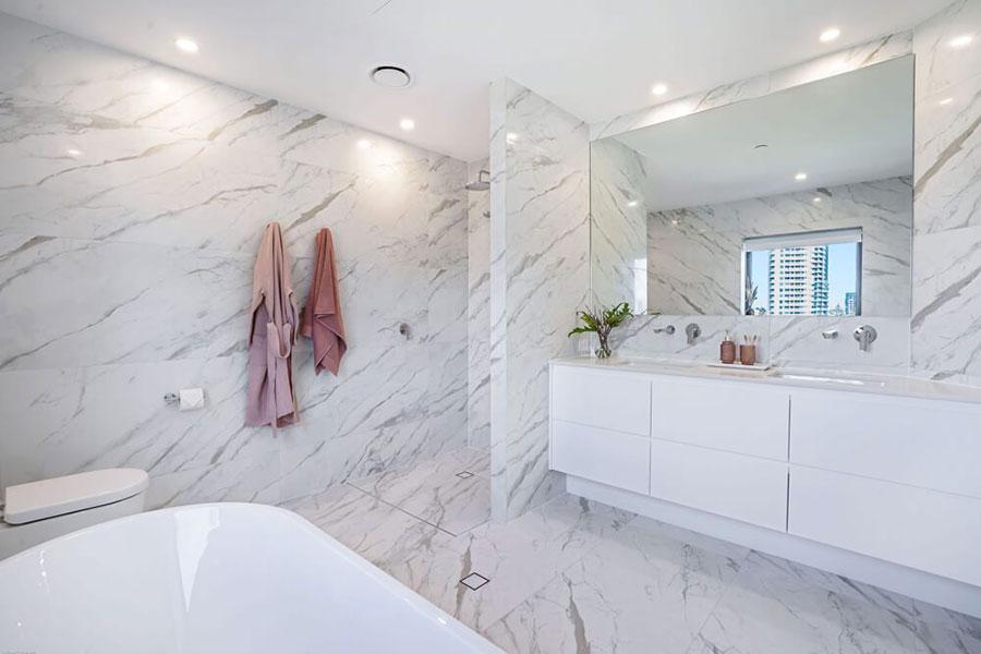 Idee per arredare un bagno in marmo bianco n.28